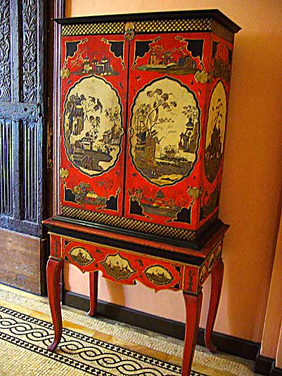 Chinese cabinet with Ginkgo trees (photo Cor Kwant)