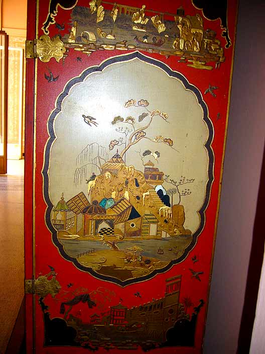 Chinese cabinet with Ginkgo tree (photo Cor Kwant)