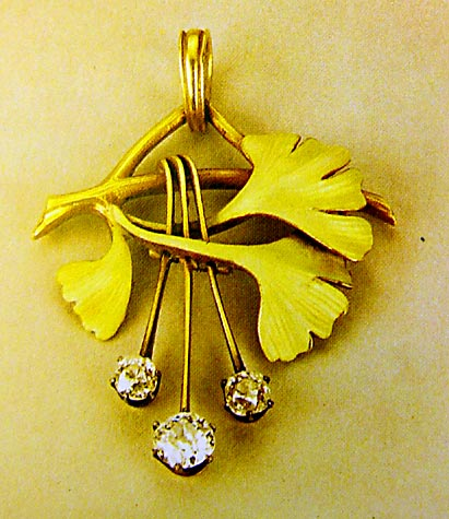 Ginkgo pendant by Faberge (photo Cor Kwant)