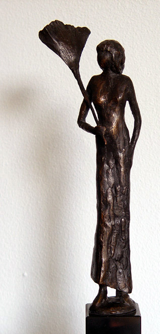 Woman with ginkgo leaf, bronze sculpture (photo Cor Kwant)