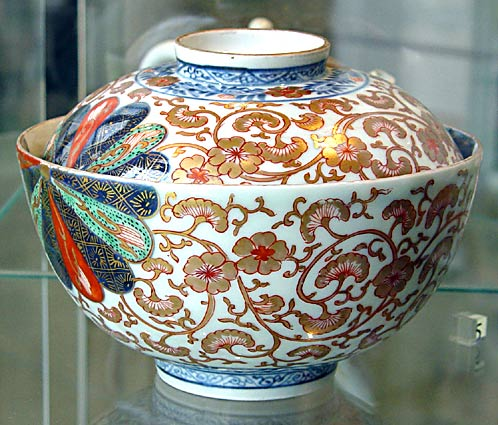Ginkgo leaves on bowl, Kangxi period (photo Cor Kwant)